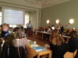 Bilde fra NORFAG-dagen 2016. Eksempel på samarbeid: Norfag-medlemmer hører på Bjørn Olofsson fra Sveriges Facköversättarförening i lokalene til NFF.
